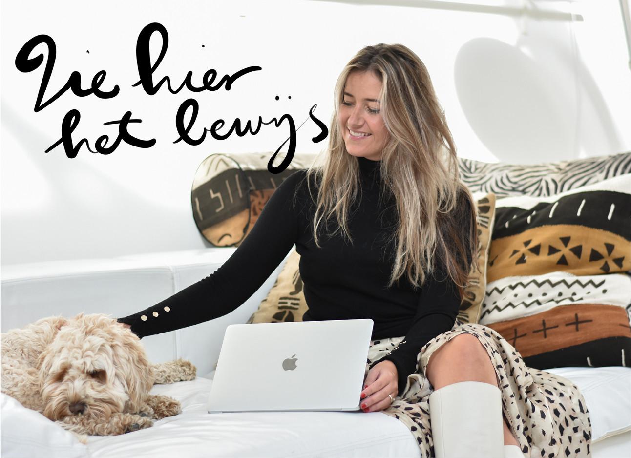 Tessa die op een witte bank zit met gekleurde kussentjes op de achtergrond met naast haar monti een lichtbruine hond