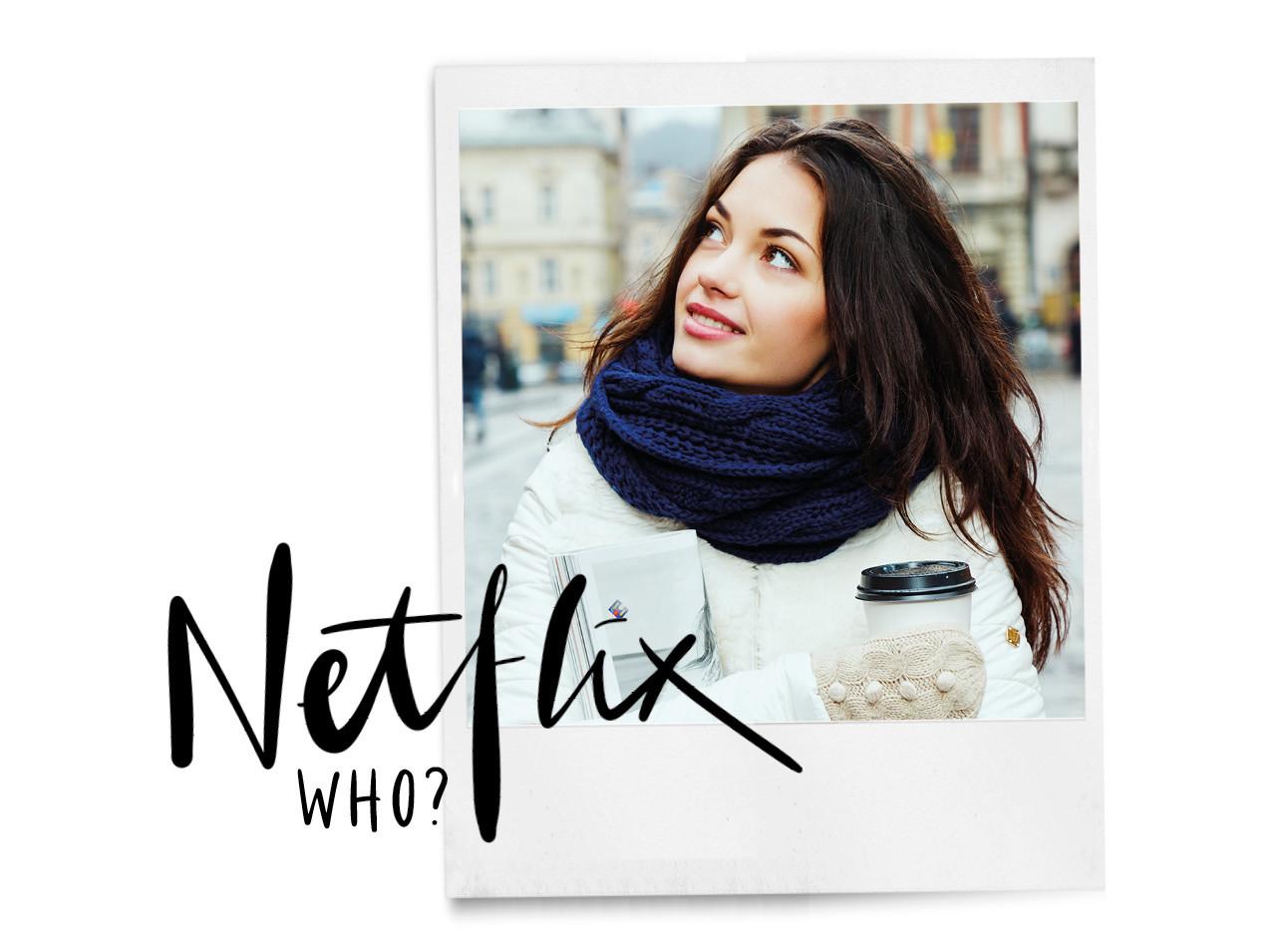 Vrouw kijkend naar boven in een witte winterjas