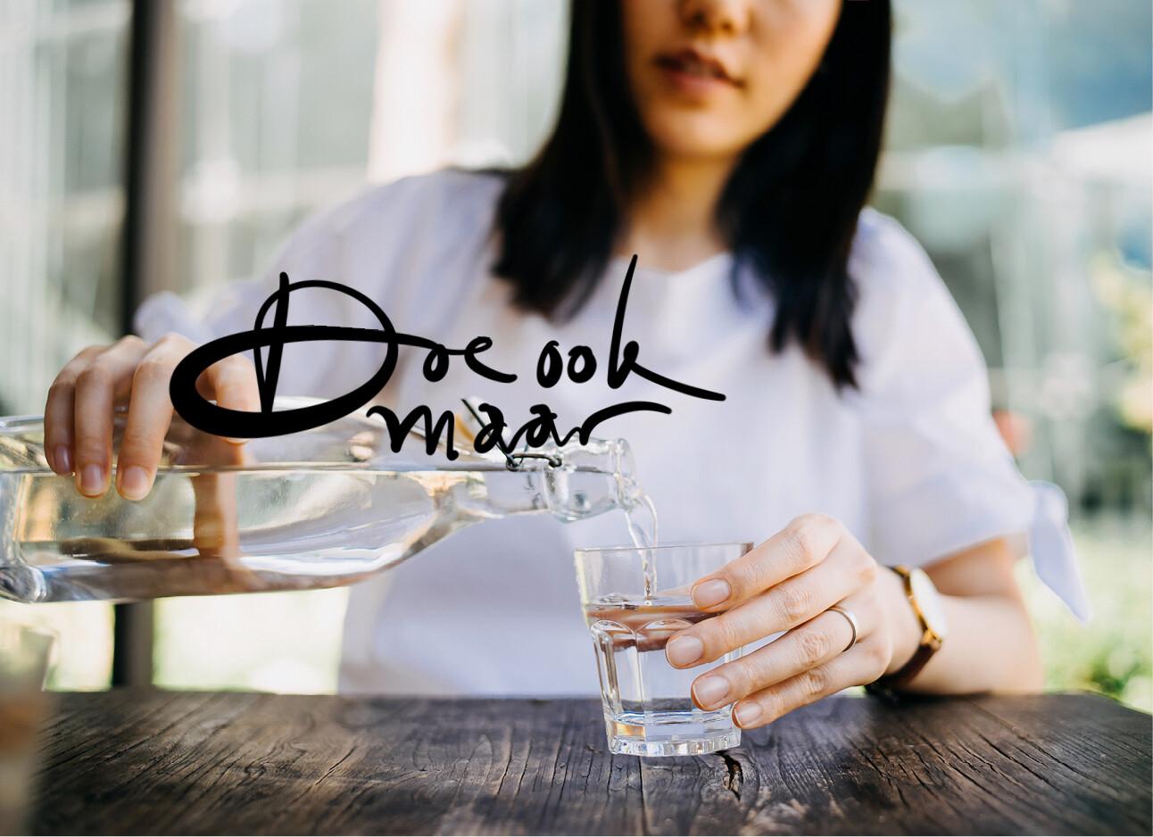 vrouw water drinken