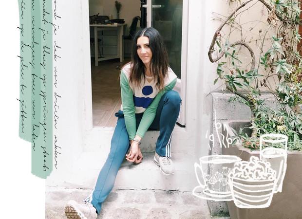 Simone Olivia op een trappetje in Parijs
