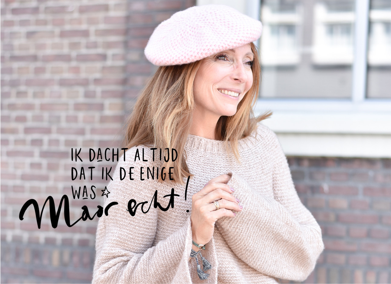 MayBritt lachend in een lichtroze outfit