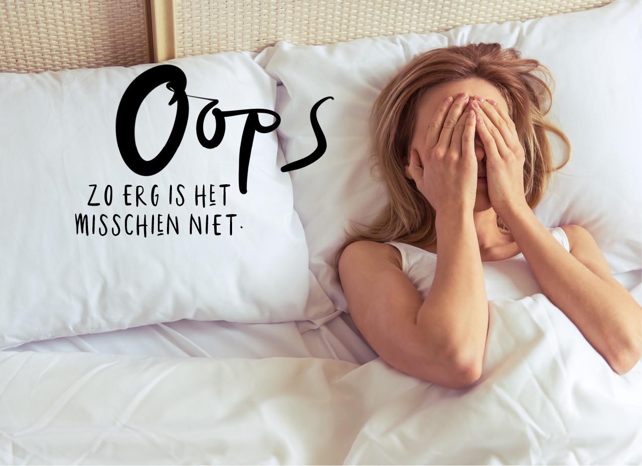 een meisje dat in bed ligt met haar hadne over haar gezicht
