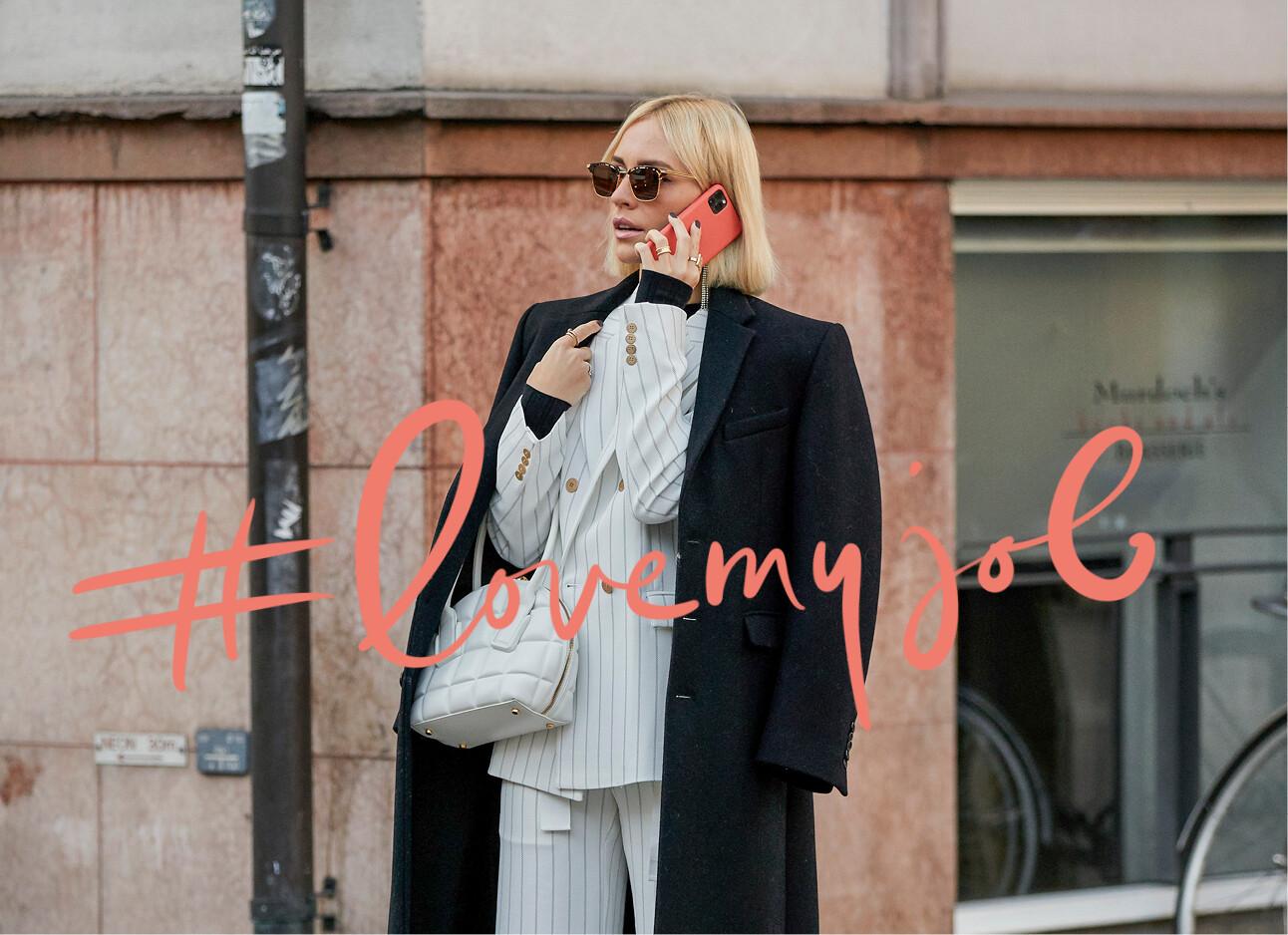 vrouw bellend op straat fashion