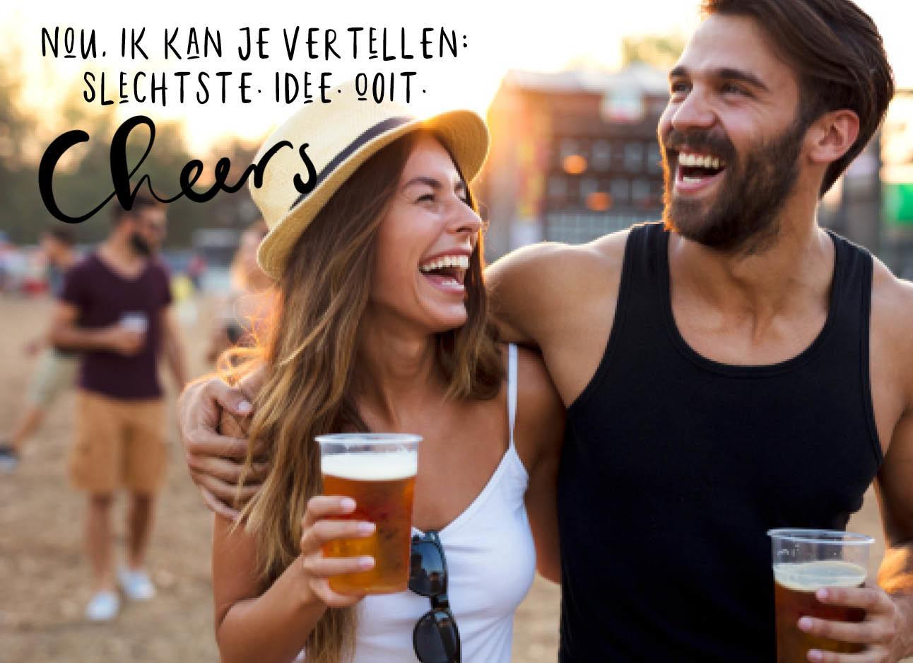 man en vrouw drinken bier op een festival