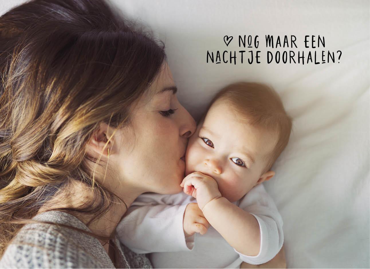 een moeder die haar baby een kus op de bang geeft en op een wi bed liggen