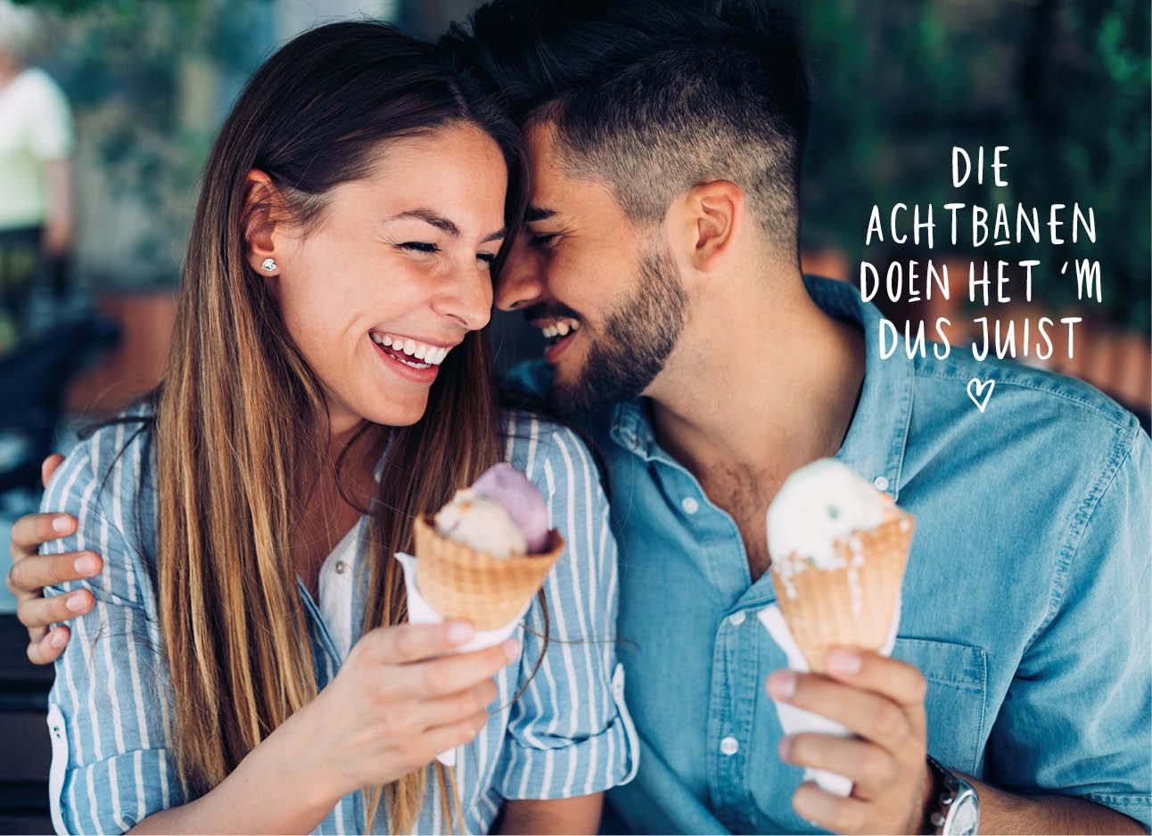Vrouw en man met ijsje lachend naar elkaar in de zomer