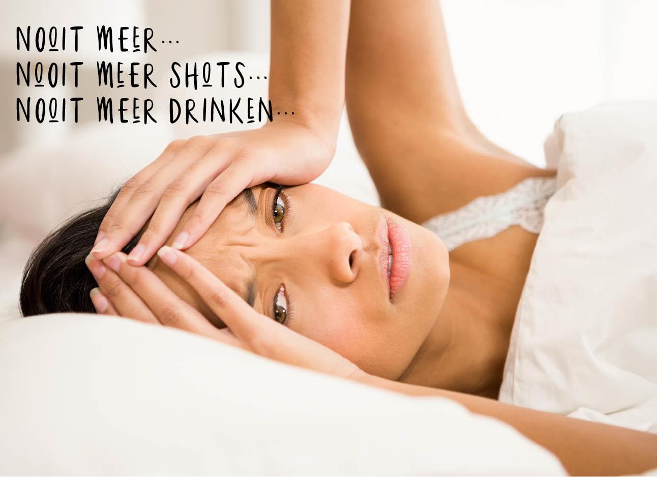 vrouw ligt in bed met haar handen op haar hoofd