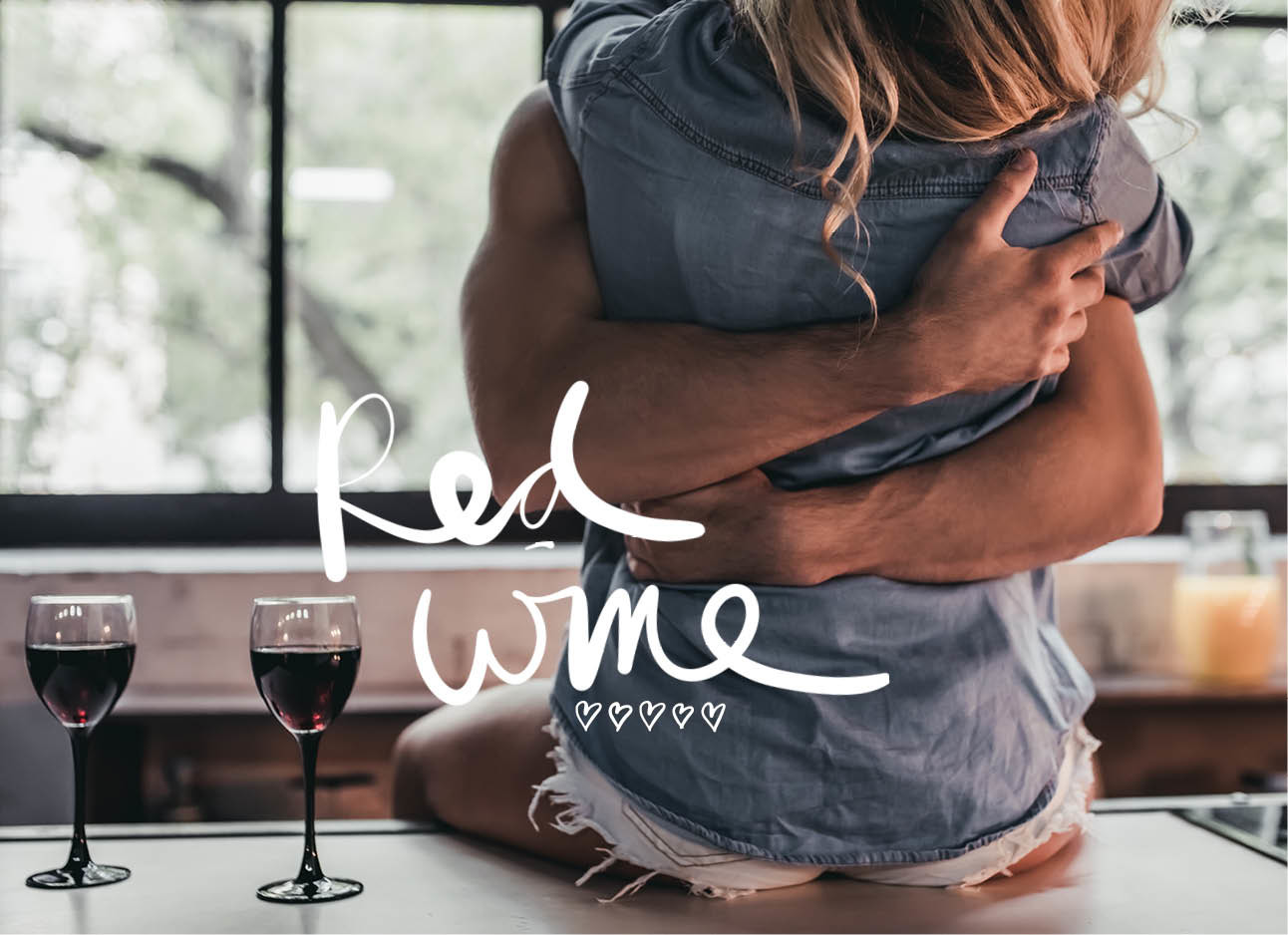rode wijn koppel knuffelen
