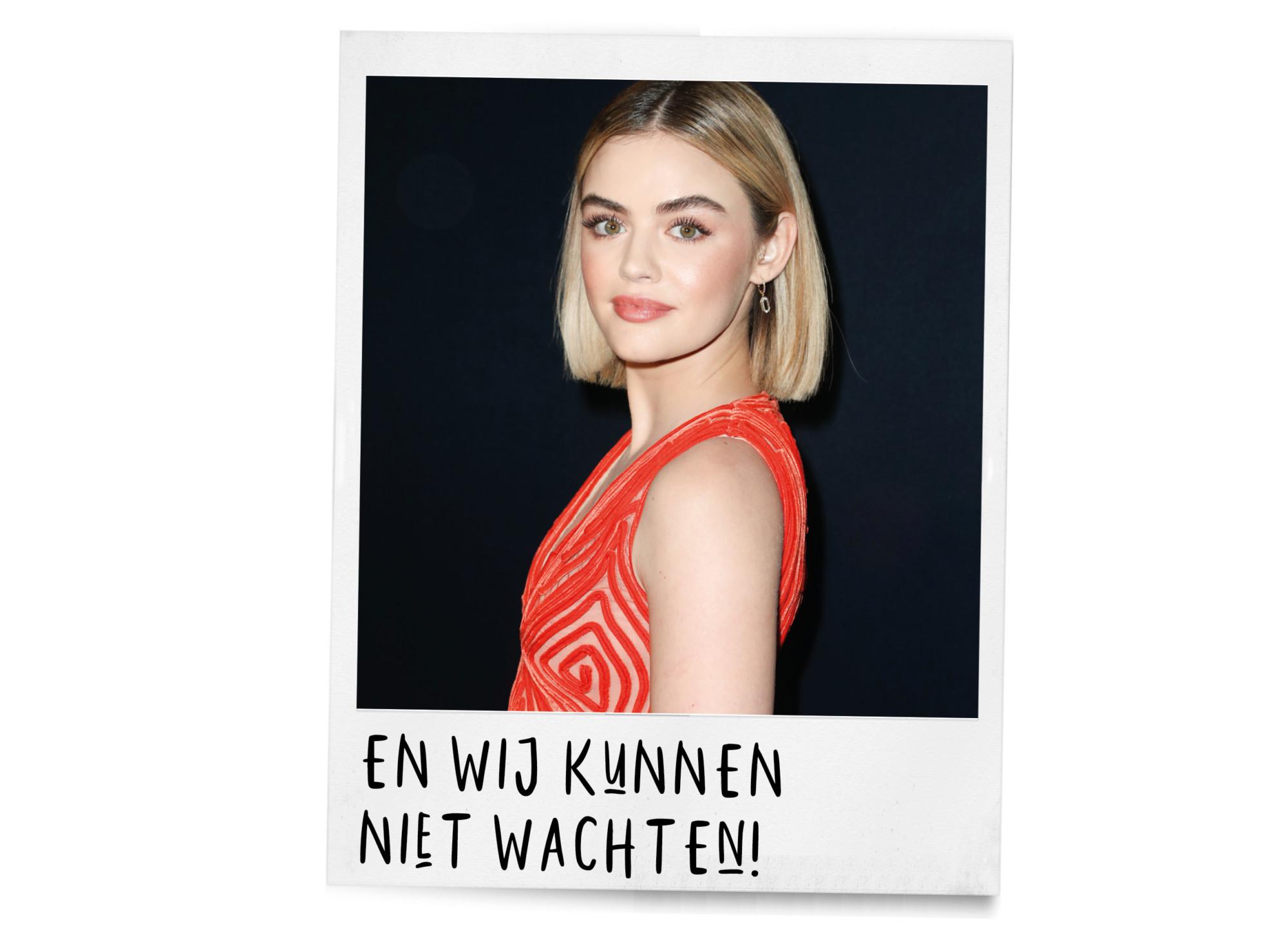 polaroid lucy hale met blond haar in een boblijn en rode jurk aan tekst en wij kunnen niet wachten