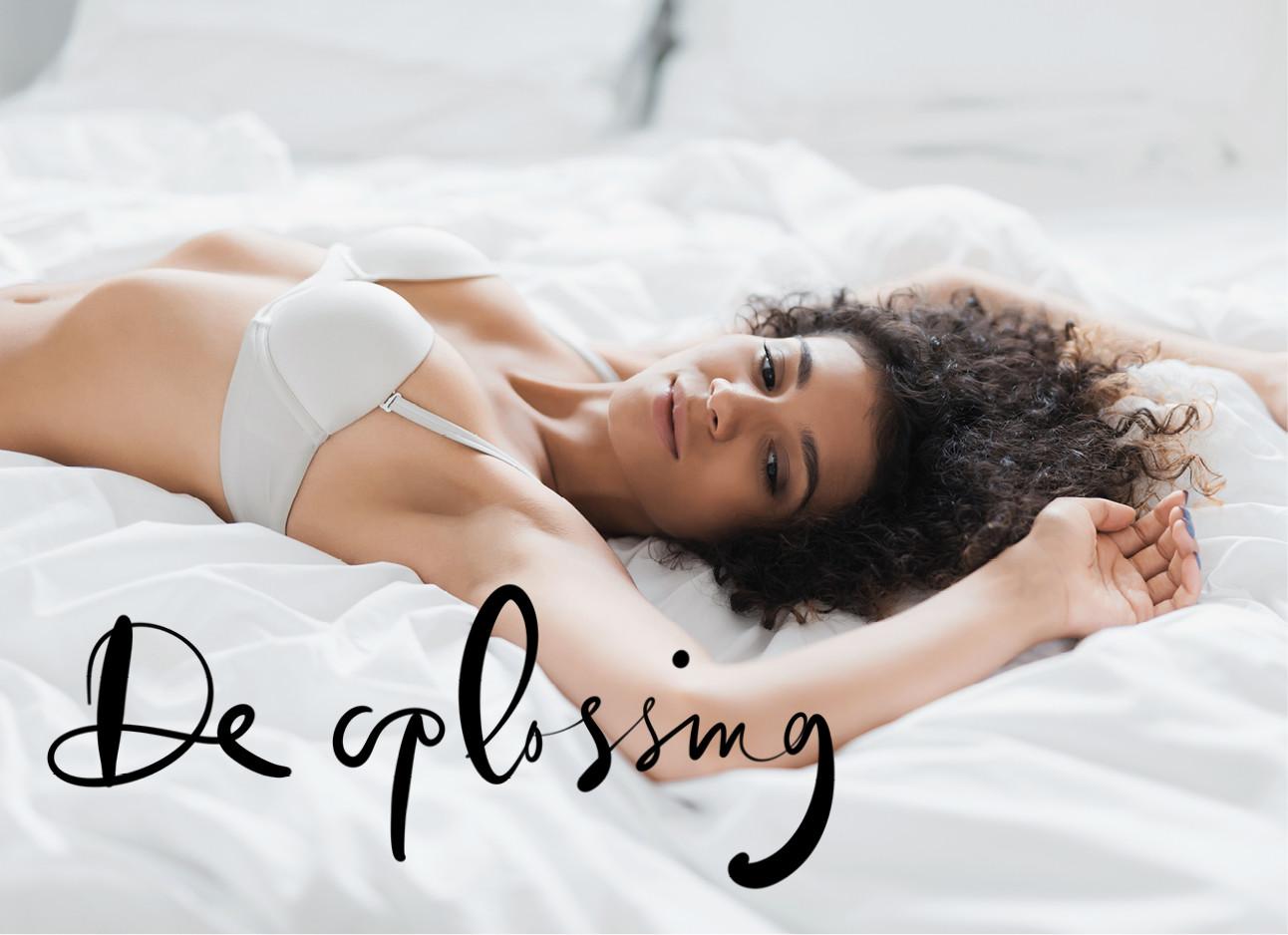 vrouw op bed in haar ondergoed