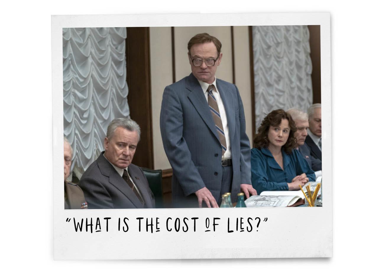 vergadering, man in pak met bril, beeld uit de nieuwe hbo serie chernobyl