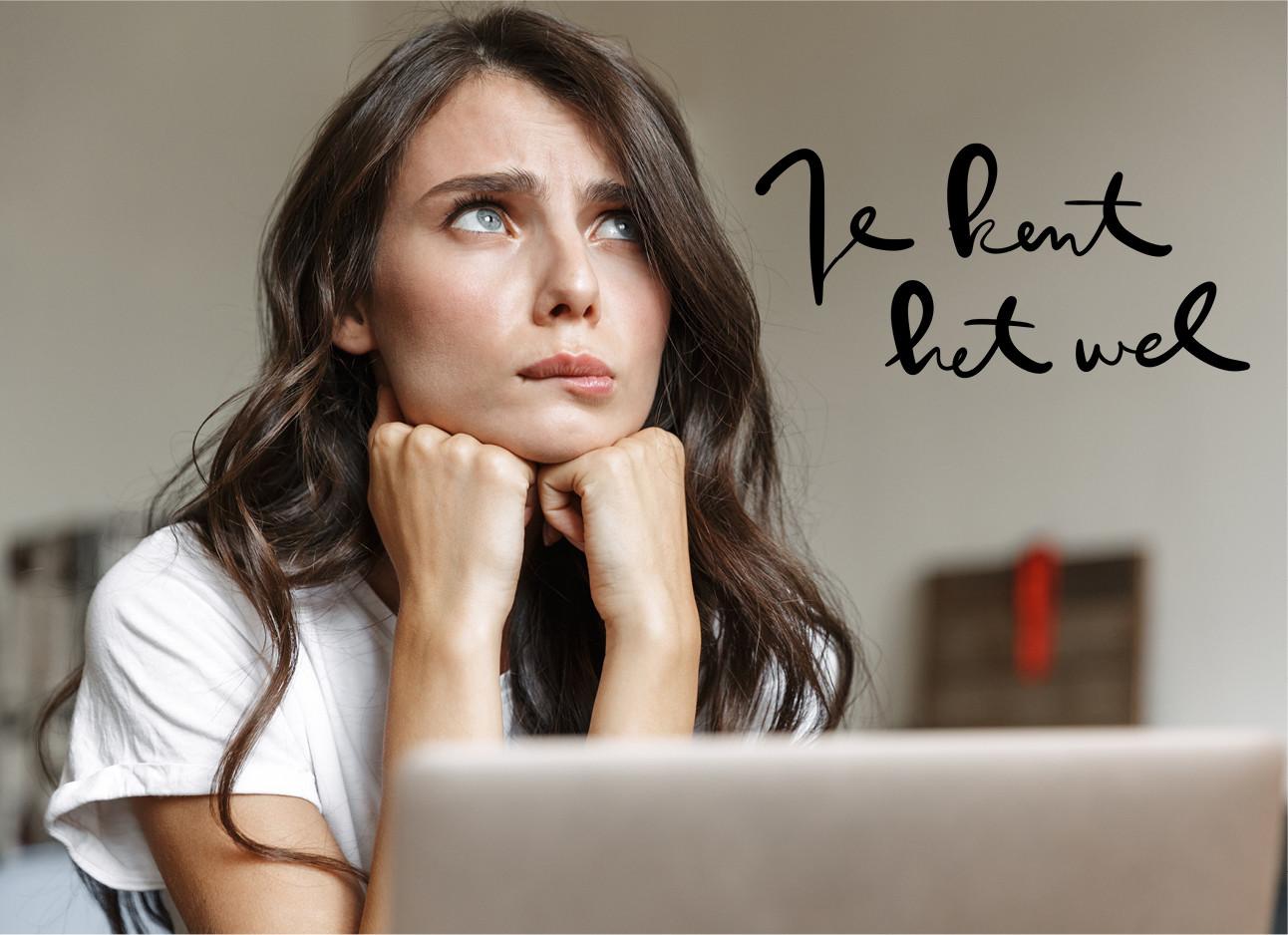 vrouw nerveus achter laptop