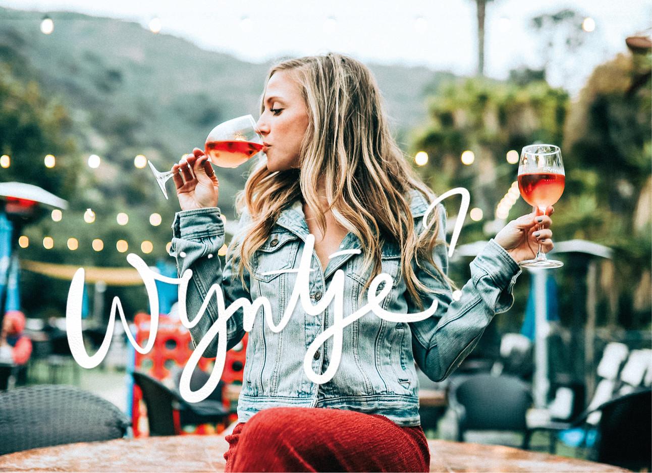 vrouw wijn drinken in haar etentje twee glazen