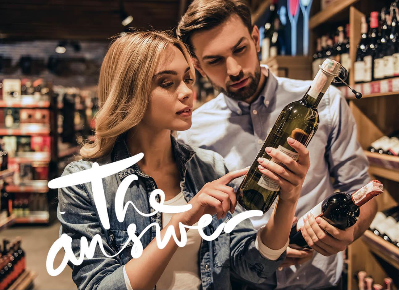 wijn uitkiezen in de supermarkt man en vrouw