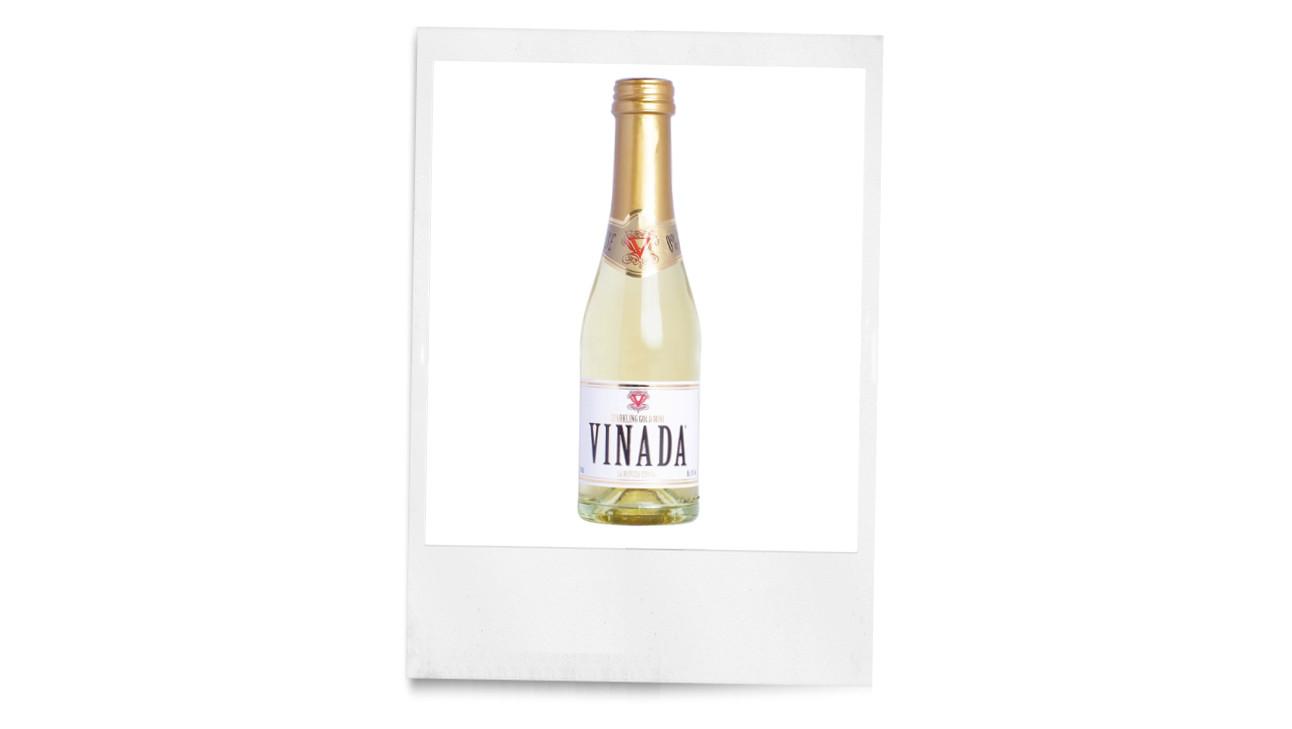 een foto van een flesje wijn