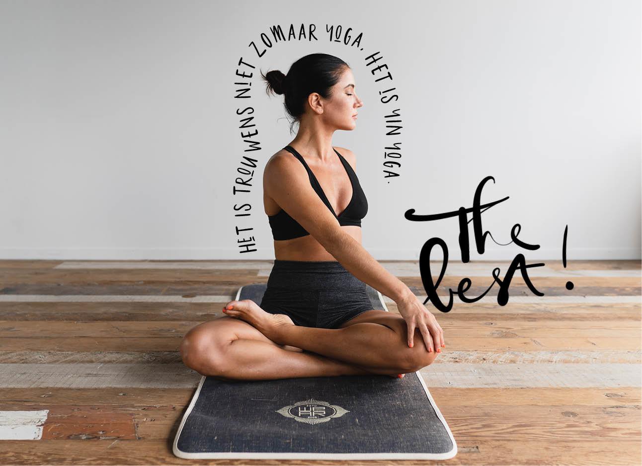 een meisje dat yoga aan het doen is op de grond