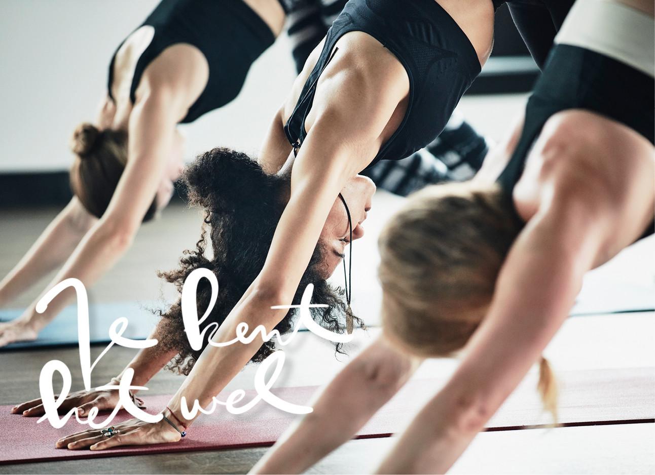 vrouwen in yoga houding tijdens een les