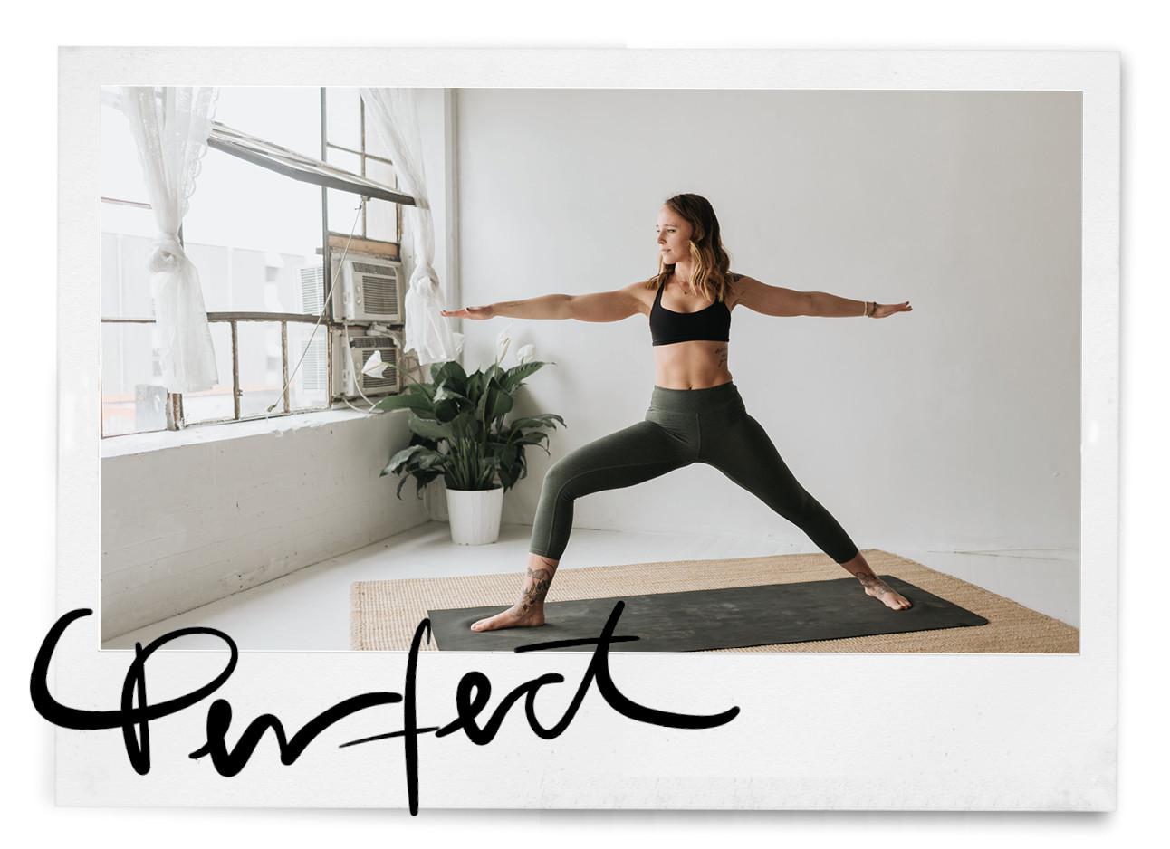 Yogi vrouw op een mat in een soepele yoga houding