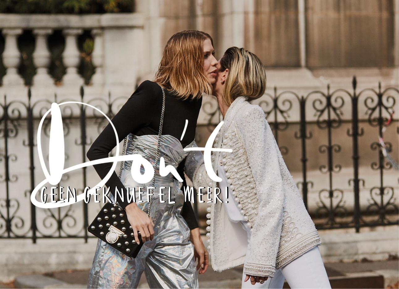 vrouwen zeggen elkaar gedag op straat