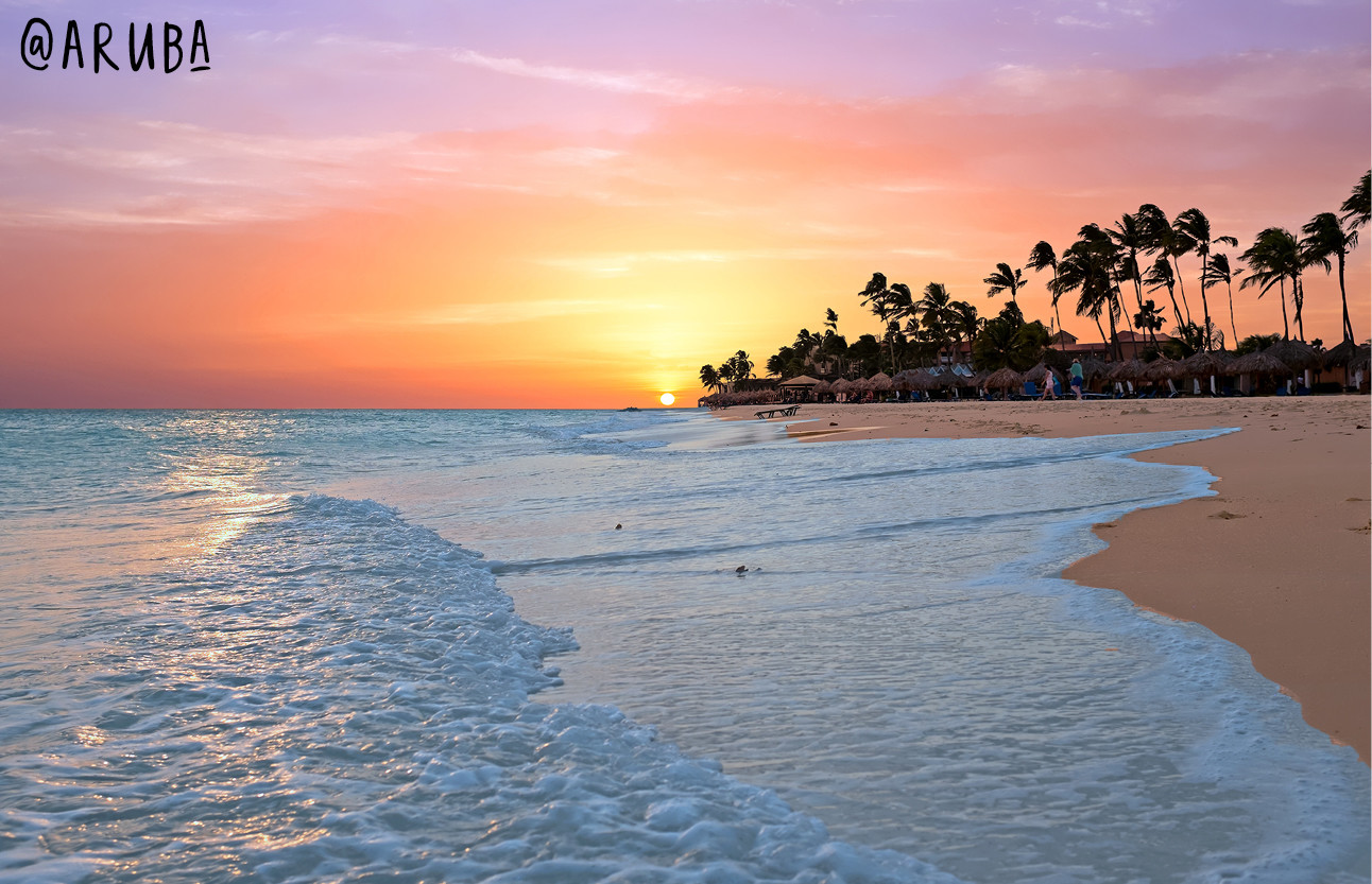 beelden van blauwe zeeen met witte stranden