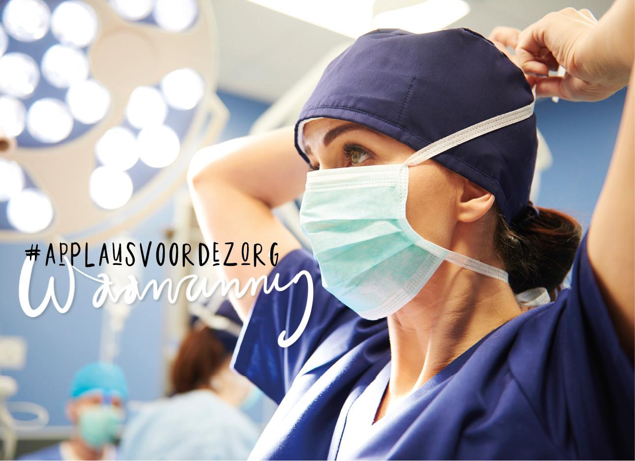 vrouw in het ziekenhuis met mondkapje op