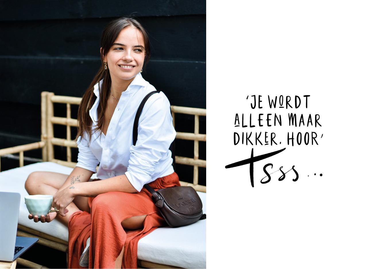 Tess hoens lachend op een bank in de tuin